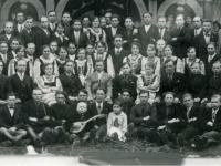 Członkowie wydziału i uluckiego koła Proswity  przed budynkiem tego stowarzyszenia w Uluczu, lata 30. XX w.